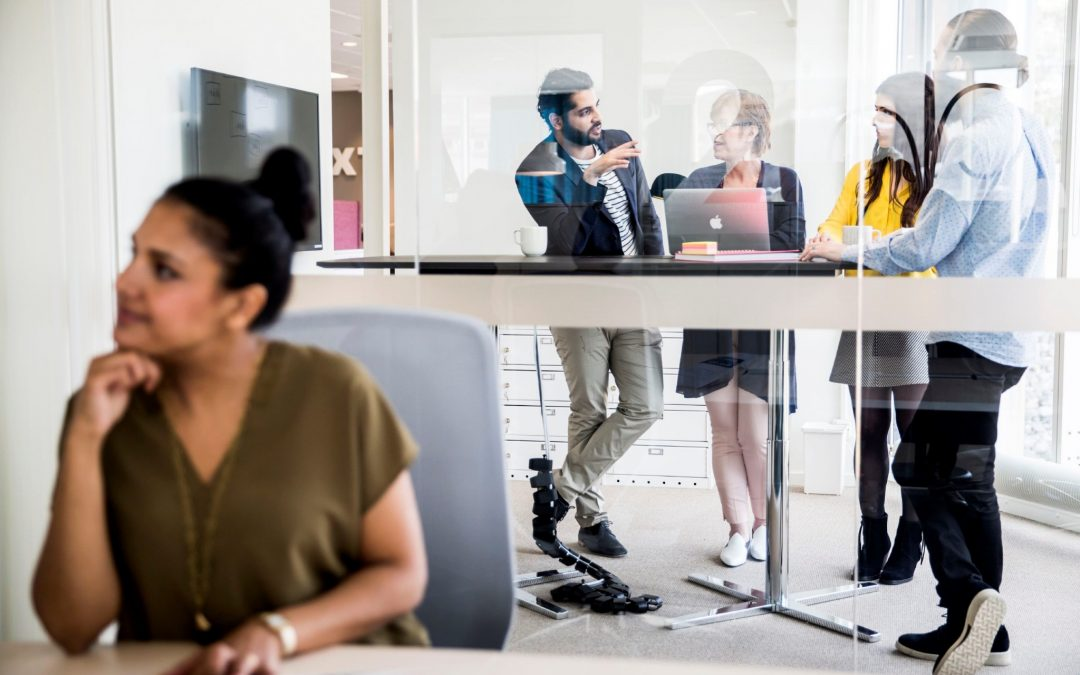 I det åbne kontor trives de spontane samtaler over skrivebordene